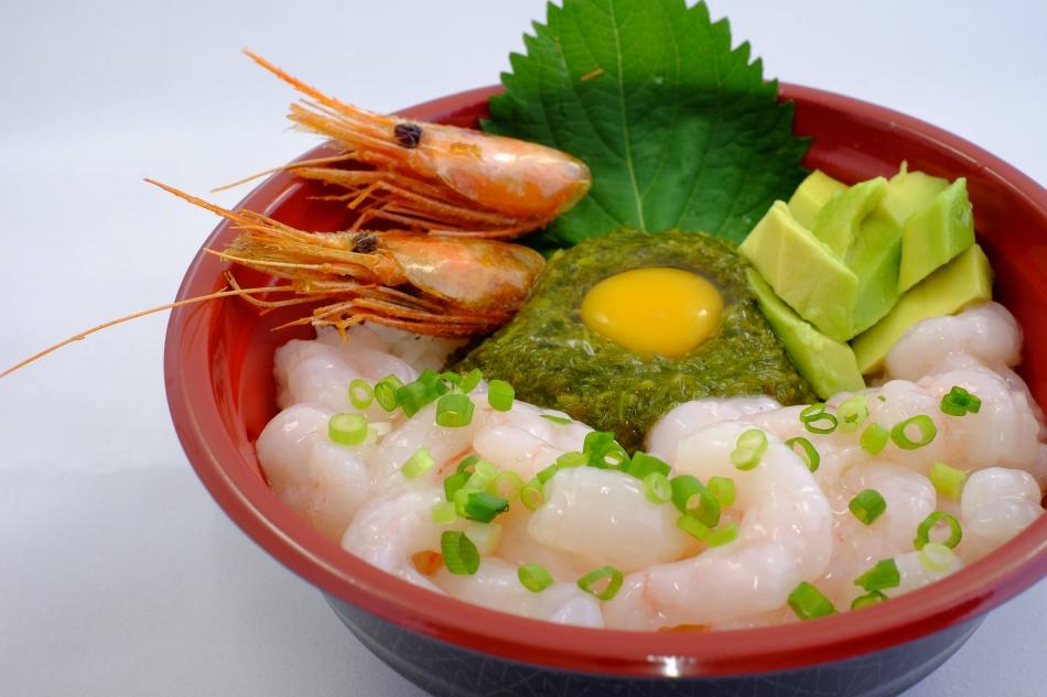 【旬のやまがた美食レシピ】庄内浜産紅えび丼~飛島産ギバサを添えて~