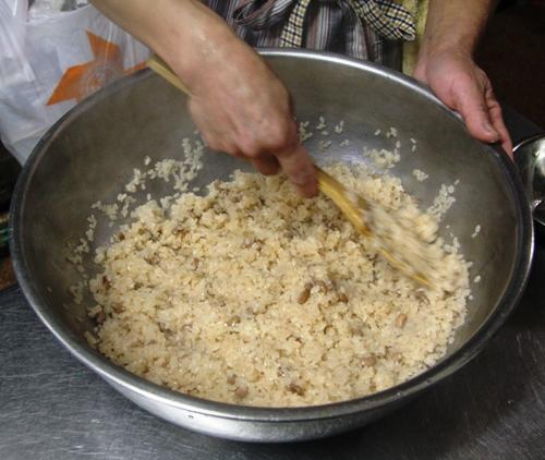 ①もち米とささぎを混ぜ合わせる。
