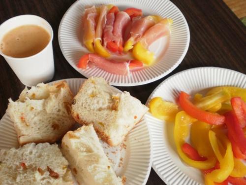パプリカの生ハム巻き(上)、パプリカ入りパン(左)、パプリカの浅漬け(右)